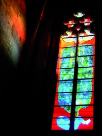 """""""Adam i Ewa"""" z cyklu """"Stworzenie świata"""". Francuski witraż współczesny w gotyckiej katedrze Notre-Dame w Rodez (pd. Francja). Projekt: Stephane Belzere; współpraca i wykonanie: Gilles Rousvoal – Atelier Duchemin, Paryż 2005/2007; technika fusing i malatura na szkle, utrwalana na ciepło; wym.: 1,5x9 m"""