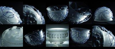 """""""Diatreta ze spaghetti"""" – szkło artystyczne, naczynia. Kompozycja, projekt i wykonanie: Peter Borkovics, Budapeszt (Węgry) 2007; technika: szkło gięte, formowane palnikiem na ciepło; śred. naczynia od góry 18 cm."""